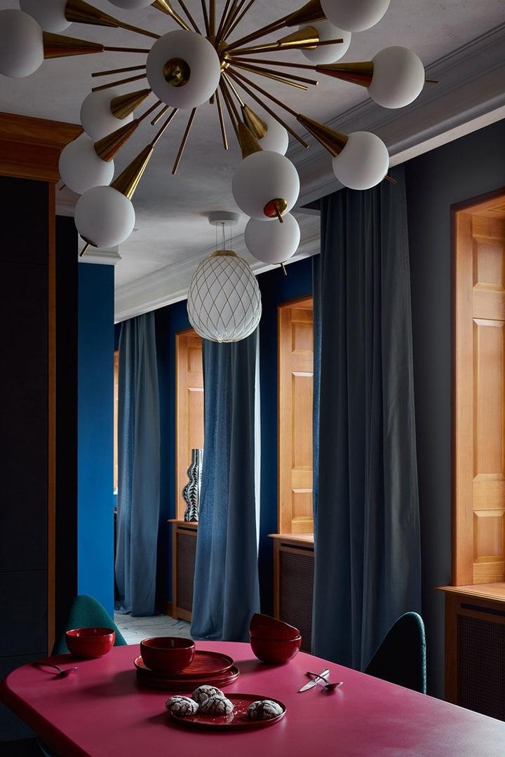 Смелые краски и решения для квартиры в доме 19 века в Санкт-Петербурге