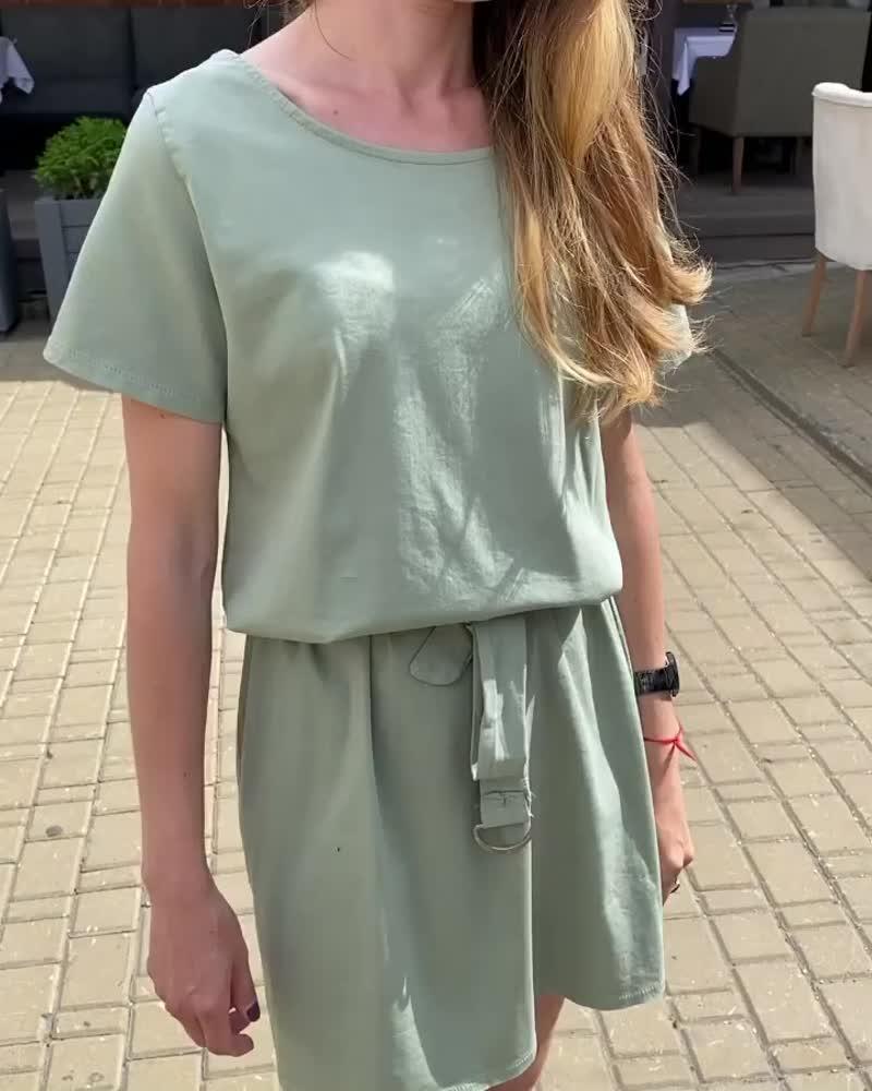 Как выбирать платье-футболку?🤔⠀Стройные девушки могут выбирать короткие приталенные модели, и будут выглядеть безупречно🤩⠀Де