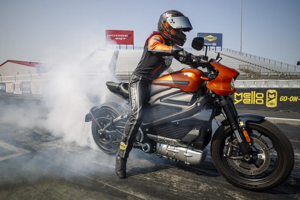 Анджелл Сампей на Harley-Davidson LiveWire установила рекорд скорости на Лукас Ойл Рэйсвэй