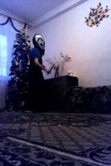 пацан в маске крика и в платье с ножом танцует