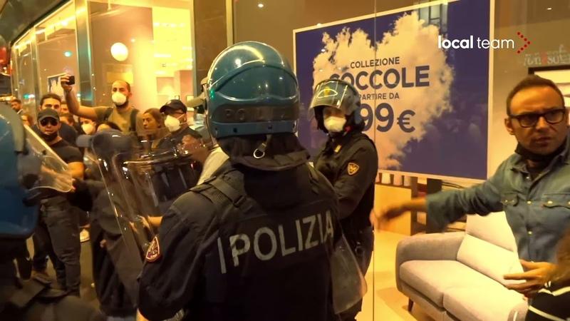 Polizia blocca No Green Pass forte tensione in Loreto