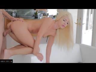 Миниатюрная блондинка любит когда ей кончают на личико