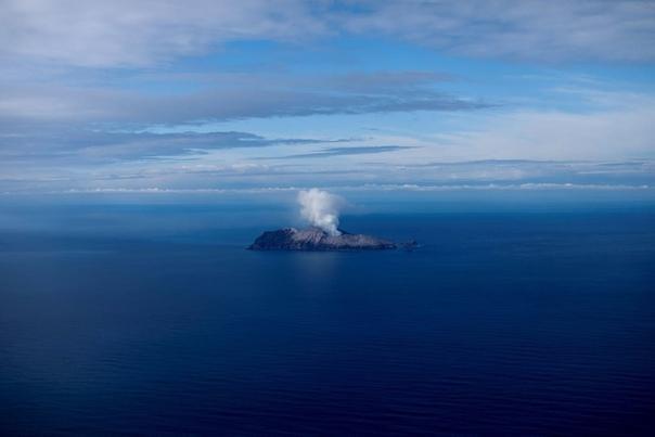 Вид с пляжа Охопе на Вулкан Вакаари, также известный как Белый остров Новая Зеландия, наши дни.(с) Jorge Silva/ReutersНапомним, извержение вулкана Вакааринеожиданно началосьв понедельник,