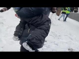 """""""Не бойся, не бойся, не плачь"""", - во время движения толпы в Москве запугали маленького ребенка"""