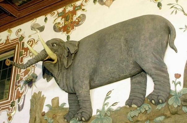 Стены немецкого замка города Вейкерсгейма богато украшены