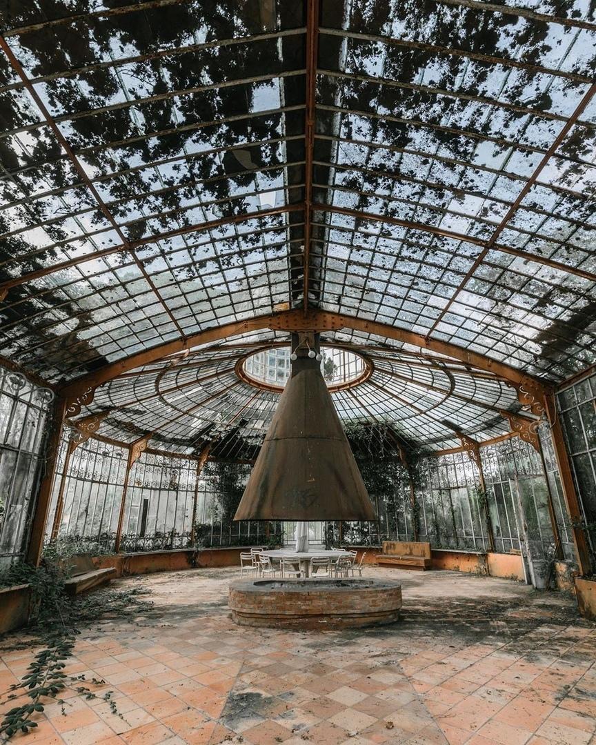 Заброшенная оранжерея в викторианском стиле, Франция