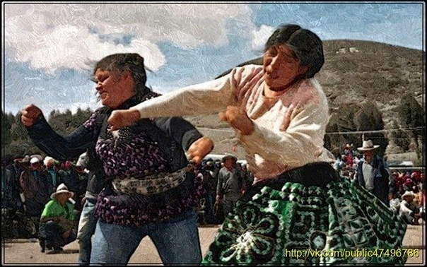 ТАНАКУЙ ПРАЗДНИЧНАЯ ДРАКА С языка перуанских индейцев слово танакуй переводится когда кровь кипит. Так называют ежегодную праздничную драку.Праздник танакуй отмечается в перуанской провинции