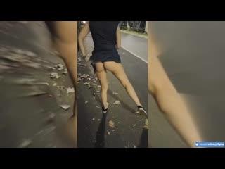 Перископ молодая пара раздевается на улице