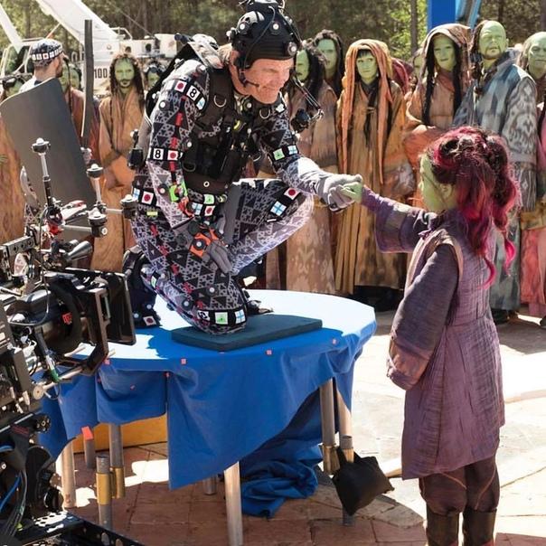 Джош Бролин и юная Гамора на съёмочной площадке «Войны бесконечности», 2017 год