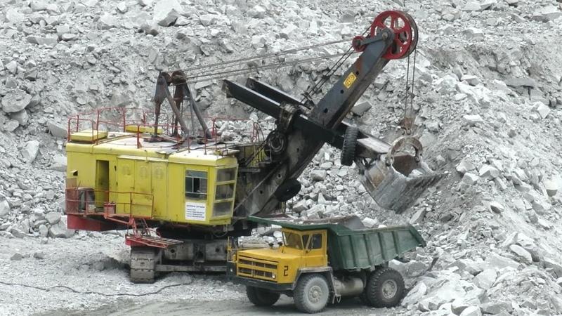 В горном карьере БелАЗ 7522 экскаватор ЭКГ 5А