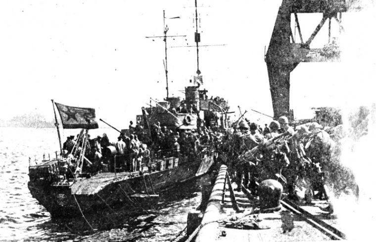Погрузка десанта на сторожевой корабль «Метель», 1945 г