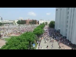 На площади Ленина перед зданием областной администрации .
