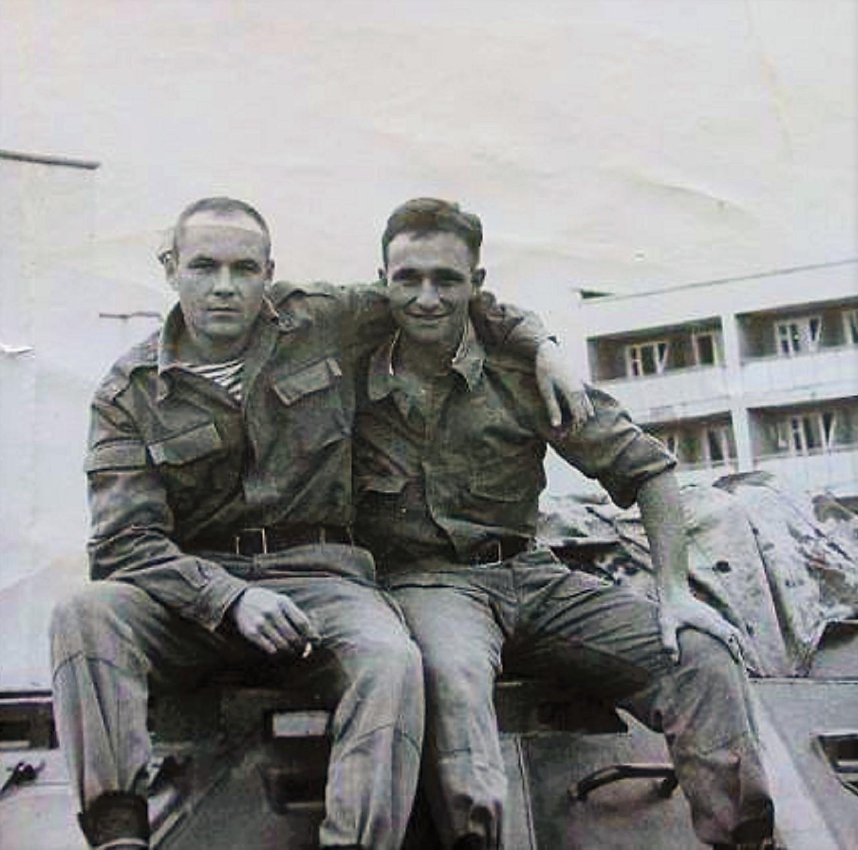Справа Николай Илюхин, майор роты разведки. Друг Андрея, погибнет от пули снайпера 21 января в Грозном, на площади Минутка.
