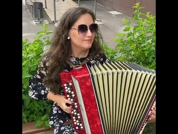 Красавица Чэчкэ классно играет на баяне и поет татарскую народную песню