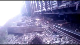 ЧП на железной дороге: грузовой поезд в буквальном смысле зарылся в землю