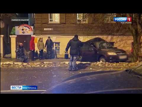 В центре Костромы Лада влетела в дерево три человека пострадали