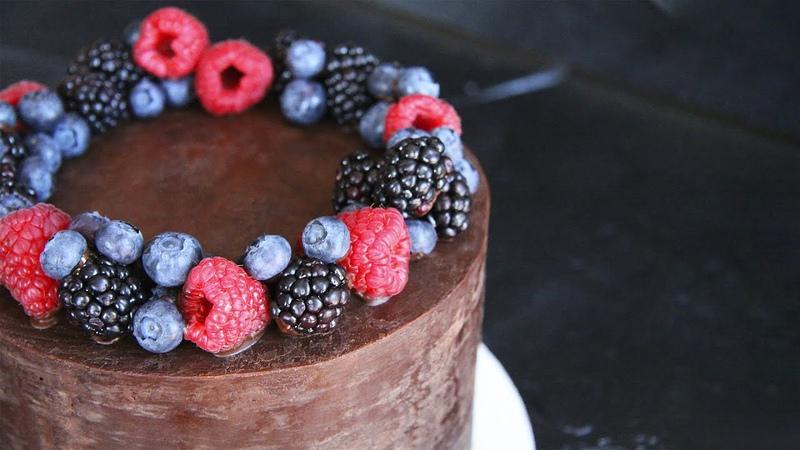 рецепт бисквита Шоколадный торт с малиной   Выравнивание шоколадным ганашем