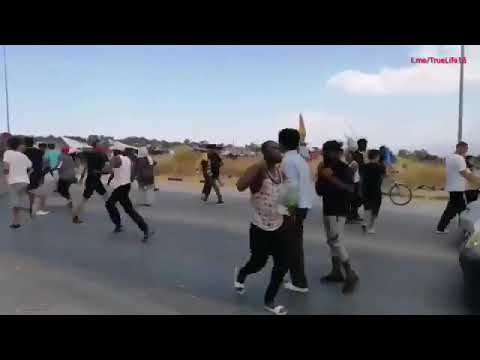 Lesbos Illegale Flüchtlinge beklauen Einheimische auf der Insel während der Fahrt