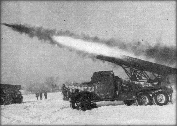Забавный факт про Катюши Вообще, во время второй мировой, на вооружении советской армии было очень много реактивных снарядов. Самые известные из них М-13, именно их устанавливали на первые