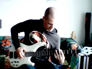 Лысый жарит на бас гитаре...