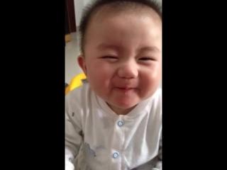 славный и смешной малыш, моя девочка спокойно ест лимон в отличее этого малыша)