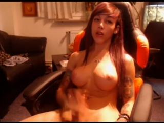 Молоденькая транс девушка мастурбирует перед компьютером (транс, трап, ледибой, мастурбация, shemale tranny webcam cumshot)