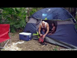 Проснувшись утром в палатке жена не обнаружила мужа зато недалеко находился сосед которого она соблазнила и они едва не попались