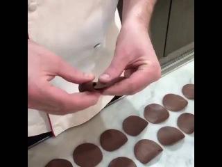 Прекрасный вариант декора для десертов  Крупная роза из шоколада идеально допол...