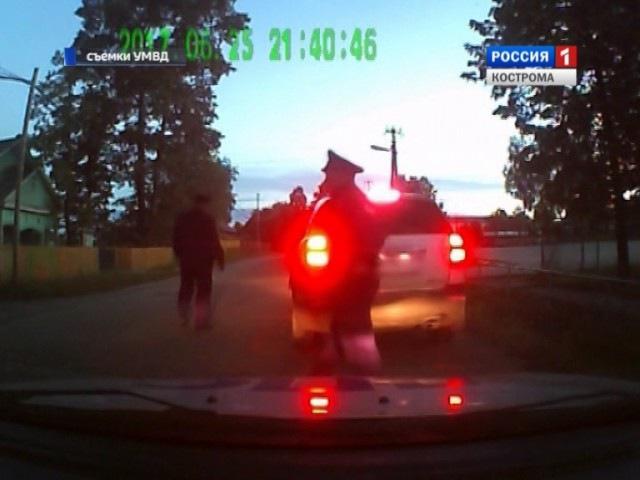 Павинскому полицейскому, чтобы задержать пьяного водителя, пришлось «повиснуть...