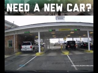 Новый автомобиль превращается... в разбитый новый автомобиль.