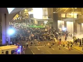 Митингующие в Гонконге используют лазеры Рифмы и Панчи