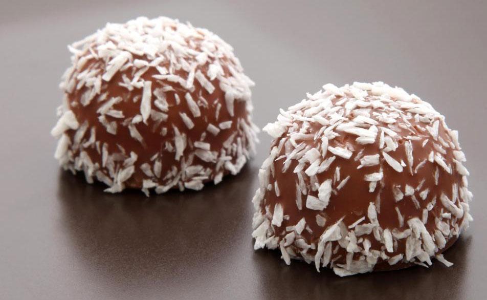 Конфеты покрыты кокосовой стружкой.