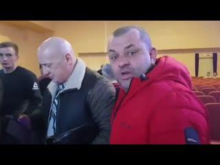 В Красном Селе активисту не дают снимать встречу с депутатами