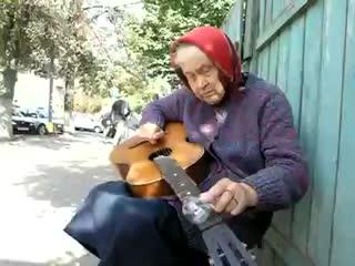 В Гомеле бабуля играет блюз с помощью лампочки