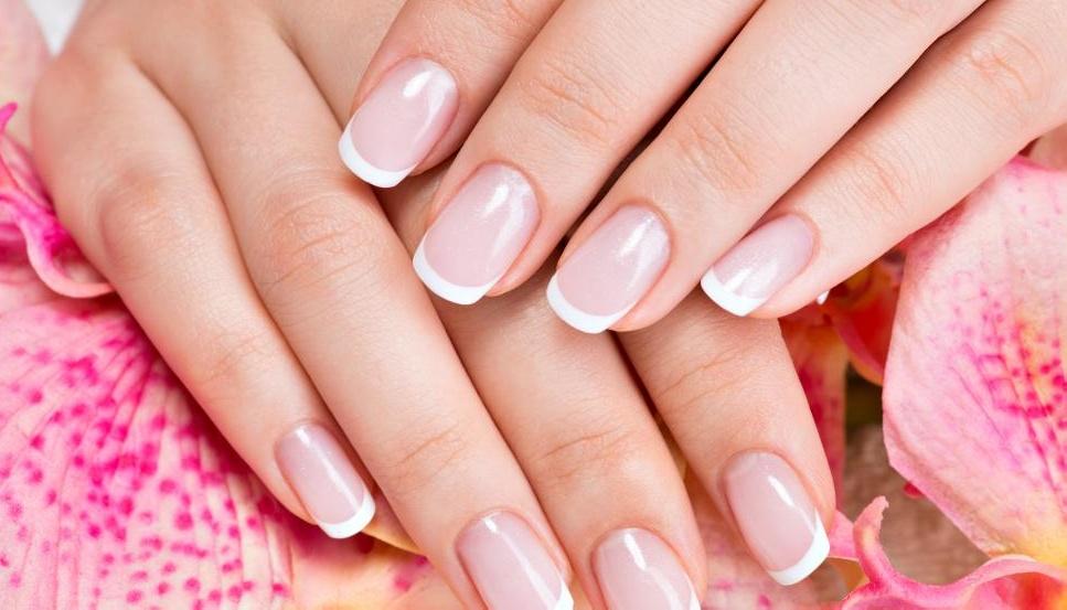 Французский маникюр - это элегантный, традиционный дизайн ногтей.