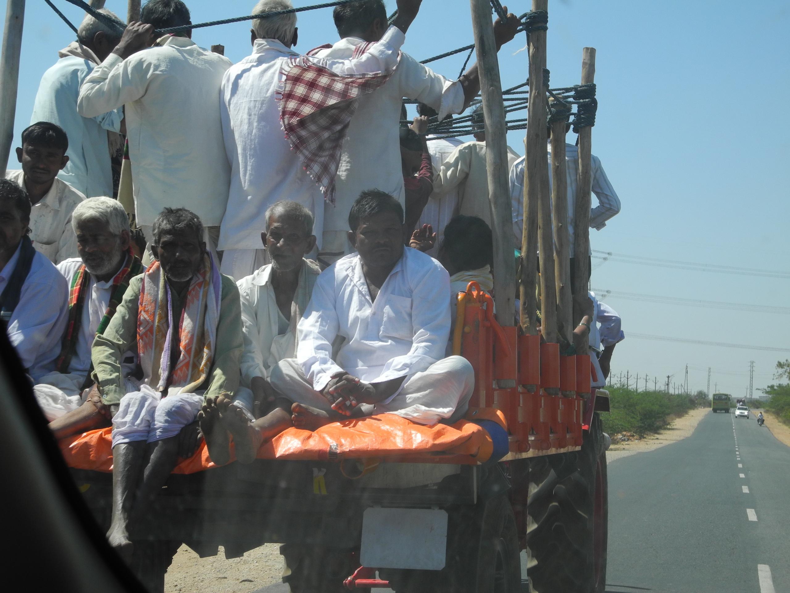 дороги индии трактор