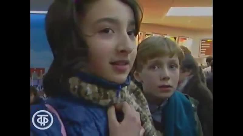 Дети начала 90-ых в Макдоналдс. Заметьте, как они грамотно говорят и связно высказывают св