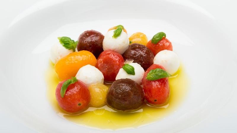 Tomates marinados en hierbas con mozarella