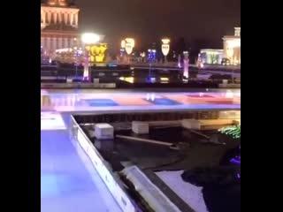 В Москве растаял один из главных катков  на ВДНХ
