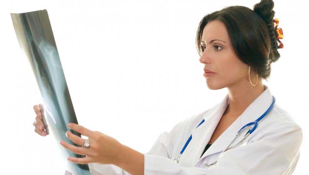Специалисты по медицинской визуализации проверяют рентген.