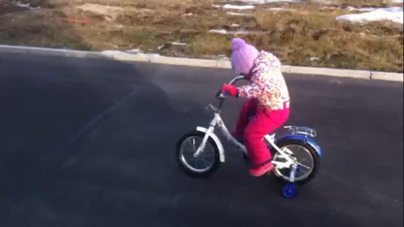Анечка научилась на велосипеде кататься