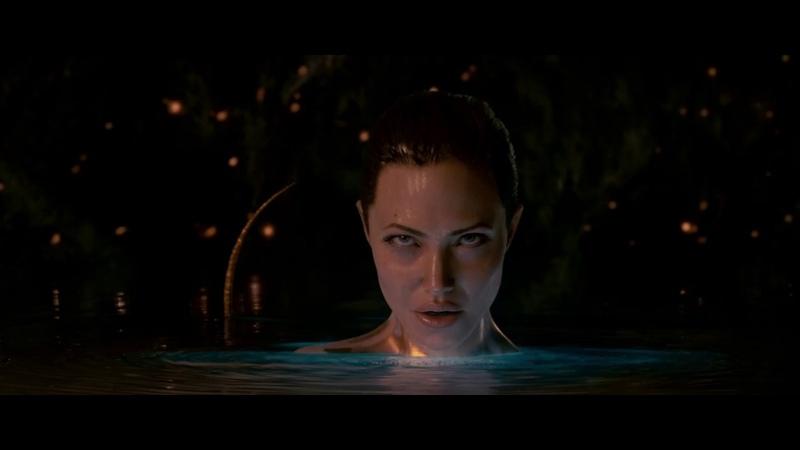 Мать Гренделя (Анджелина Джоли) соблазняет героя. Беовульф (2007)