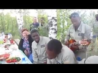 Курсанты из Конго поют песню Офицеры