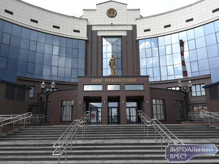 Посетителя не пустили в новое здание суда Бреста, потому что он был в шортах