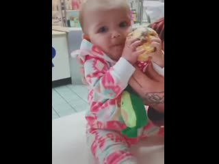 Малыш пробует мороженое в первый раз