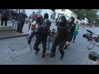 Полиция Москвы ищет сотрудника, который на митинге при задержании ударил кулаком в живот девушку