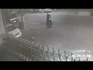 Drunk man on motorcycle gets into 30-minute argument with stray dog, loses