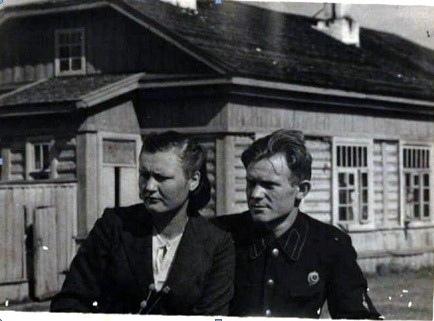 Ольга Ивановна и Александр Иванович Антипины на фоне Мотской почтовой станции. 1947 г.