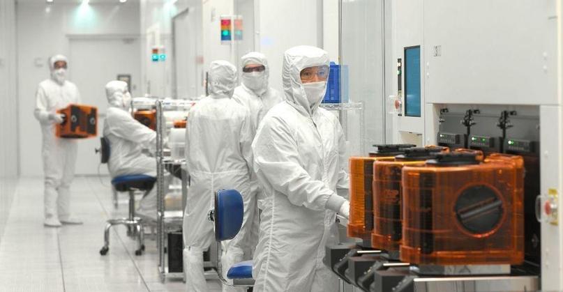 Специалисты в лаборатории Lam Research. Все они работают в костюмах из антистатических материалов. Наличие маски и перчаток — обязательно.
