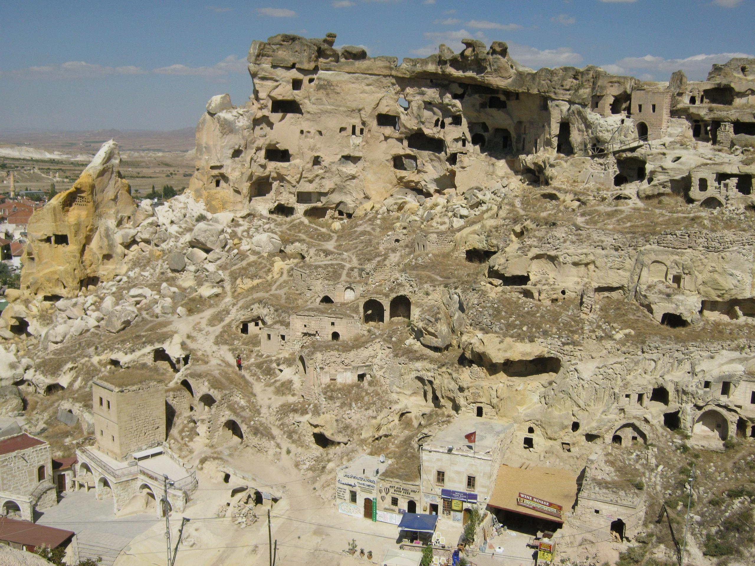 Село Чавушин с многочисленными дырами в скале